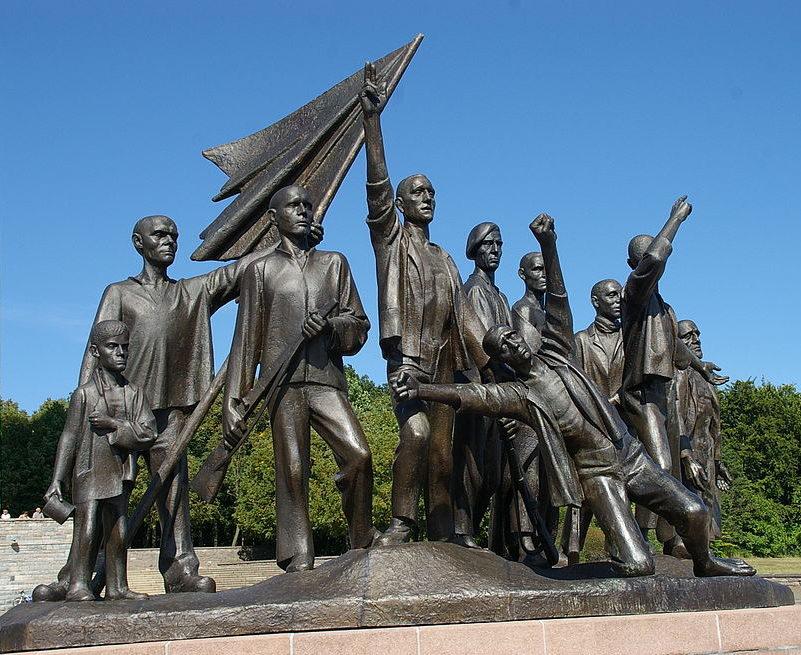 Скульптурная группа памятника Бухенвальдского мемориала.