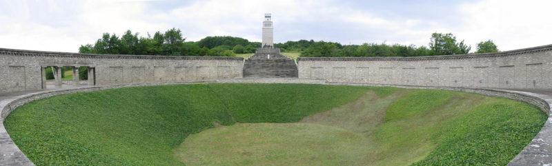 Кольцевая могила с «Башней свободы».