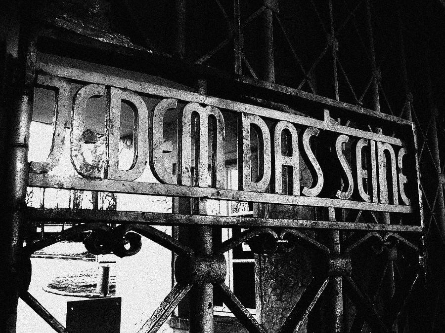 «Каждому свое» — надпись на входе в Бухенвальд. Фото: Wikimedia Commons / EmileVictor / CC BY 2.5