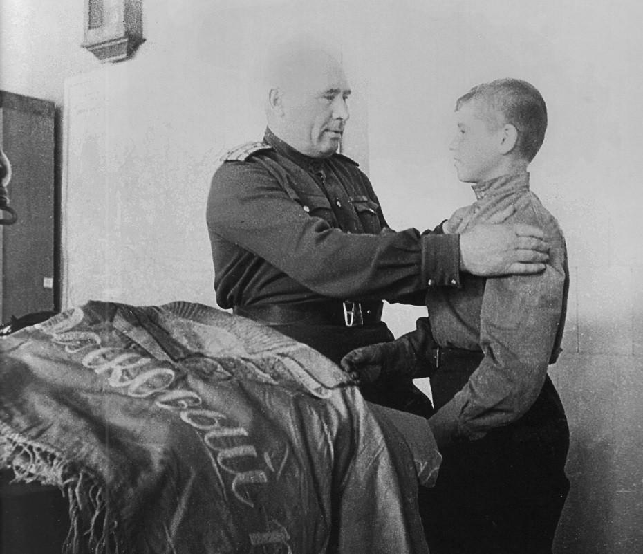 Кравчук Константин Кононович (род. 1931) — советский школьник, пионер. Известен тем, что, рискуя своей жизнью и жизнями своих близких, спас и сохранил во время фашистской оккупации знамёна 968 и 970 стрелковых полков 255-й стрелковой дивизии. Самый юный кавалер ордена Красного Знамени.