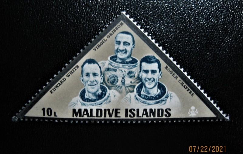 Мака  Мальдивы, 1968-01-27, Астронавты Вирджил Гриссом, Эдвард Уайт, Роджер Чаффи  в скафандрах, номер по каталогу: Mi:MV 255, Sn:MV 250, Yt:MV 250, Sg:MV 255, номинал — 0 Мальдивский лари