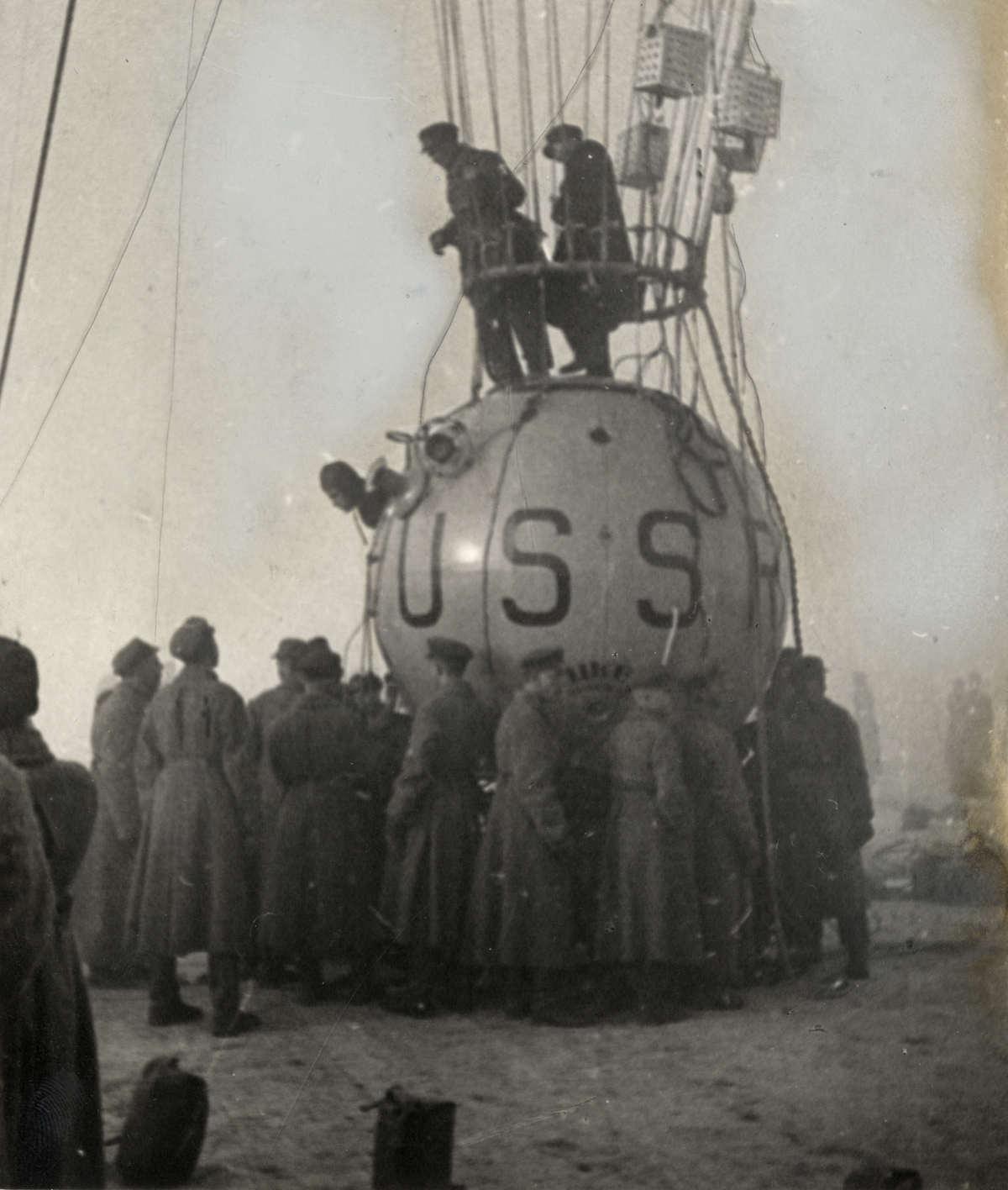 Солдаты выполняют роль балласта стратостата «СССР-1»