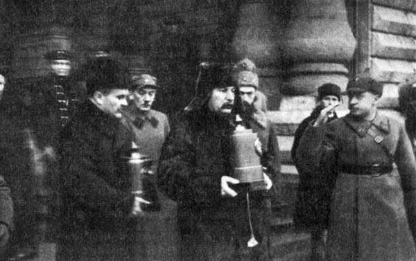 На торжественных похоронах урны с прахом аэронавтов несли руководители страны (Сталин, Молотов, Ворошилов)
