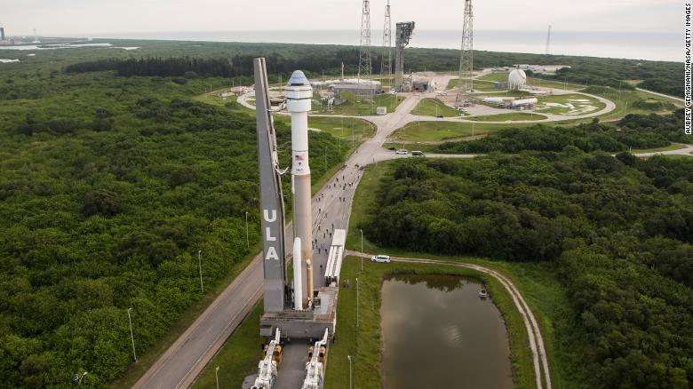 Ракета United Launch Alliance Atlas V с космическим кораблем Boeings CST-100 Starliner на борту видна, когда она выкатывается из средства вертикальной интеграции на стартовую площадку космического стартового комплекса 41 перед миссией Orbital Flight Test-2 (OFT-2). , Понедельник, 2 августа 2021 г., на космической станции на мысе Канаверал во Флориде.