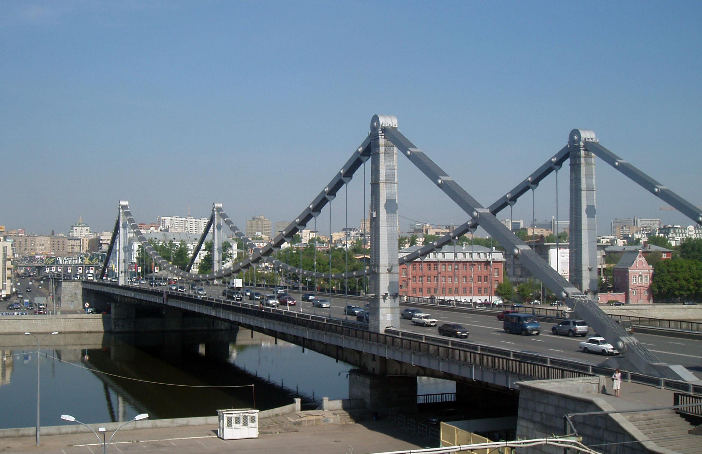 Один из самых красивых и известных столичных мостов — Крымский.