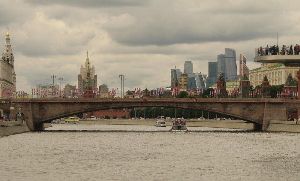 Большой Москворецкий мост служит пешеходной и автомобильной переправой через Москву-реку в центре столицы. Соединяет Васильевский спуск и знаменитую улицу Варварку с Большой Ордынкой.