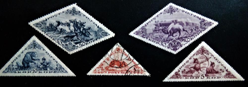 Марки Тувы выпущенные в 1935-03 из серии Местные животные, Евразийская выдра (Lutra lutra), №Mi:TX 70, Sn:TX 65, Yt:TX 58, Sg:TX 72, Zag:TX 67, номинал — 25 коп.,  Марки Тувы выпущенные в 1936 году из серии 15 лет Независимости, № Mi:TX 80C, Sn:TX 75, Yt:TX 68, Sg:TX 82B, Zag:TX 77, номинал — 5 коп., Охотник и Медведь, № Mi:TX 86C, Sn:TX 81, Yt:TX 74, Sg:TX 88B, Zag:TX 83, номинал — 20 коп., Двугорбый верблюд (Camelus bactrianus), бежит на фоне поезда, №Mi:TX 88C, Sn:TX 83, Yt:TX 76, Sg:TX 90B, Zag:TX 85, номинал — 30 коп., Скачки, №Mi:TX 91C, Sn:TX 86, Yt:TX 79, Sg:TX 93B, Zag:TX 88, 50 коп.