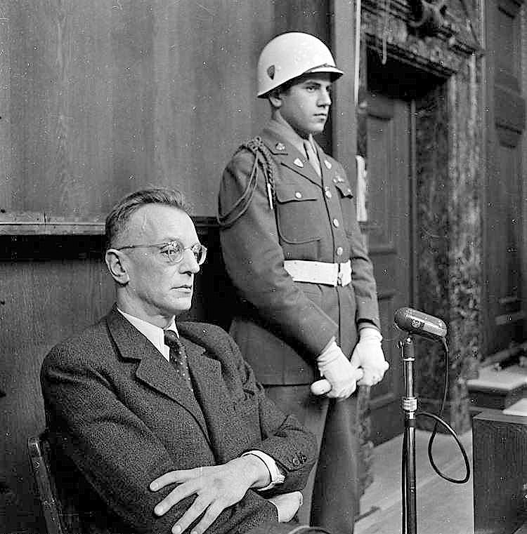 Артур Зейсс-Инкварт на скамье подсудимых в Нюрнберге
