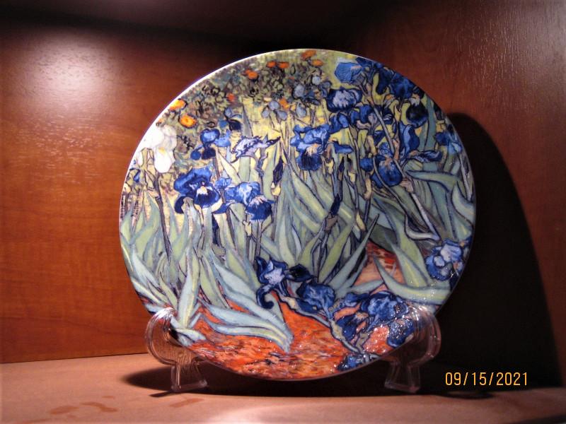 Винсента Ван Гог, «Ирисы» изображены на настенной тарелке из коллекции