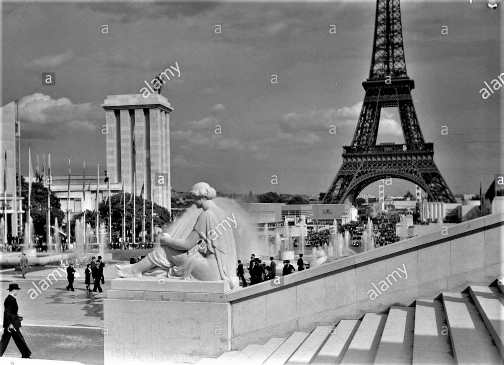 Всемирная выставка в Париже, 1937 г. Немецкий павильон с фонтанами и Эйфелева башня, вид со ступенек Дворца Шайо Дата: 1937 г. Место: Франция, Париж