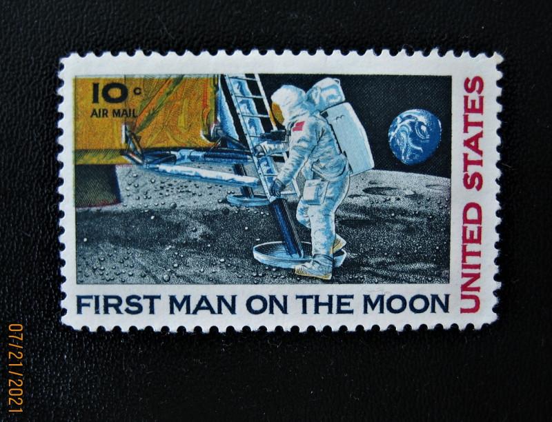 Марка США 1969-09-09 Первый человек на Луне номер по каталогу Mi:US 990, Sn:US C76, Yt:US PA73, Sg:US A1367, номинал — 10 ¢ - Соединенные Штаты Америки цент