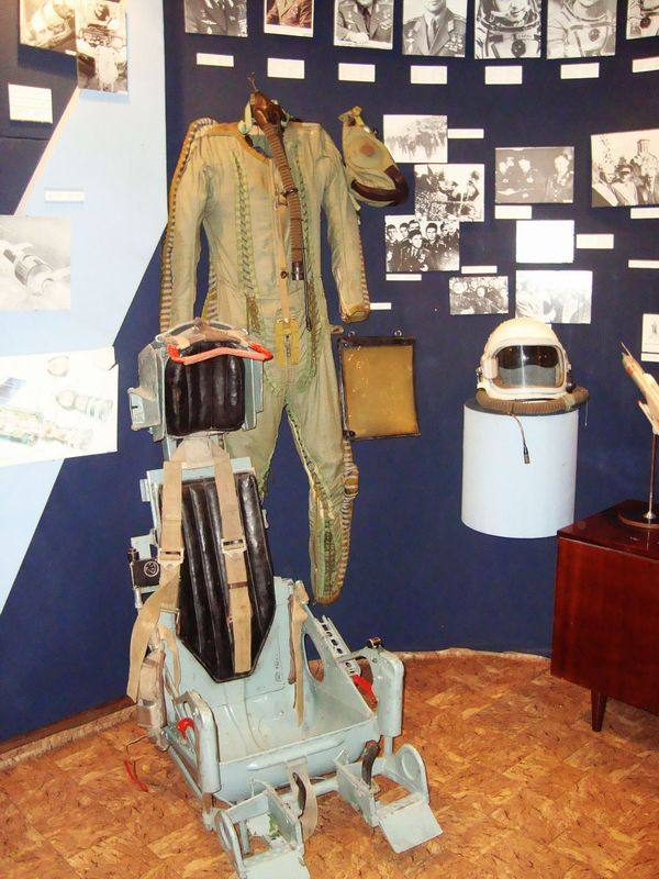 В музее Н.И. Кибальчича экспонируются вещи с космодрома Байконур: образцы растений, грунт, взятый на территории стартовой площадки ракеты — носителя «Зенит».