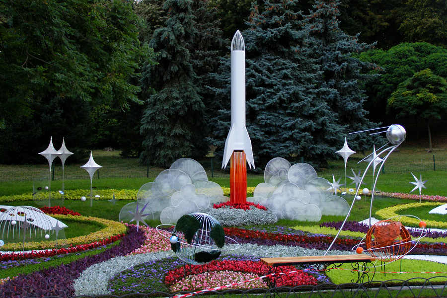Цветочная инсталляция «Путь к звёздам». Выставка цветов. Певческое поле, Киев. 2016.