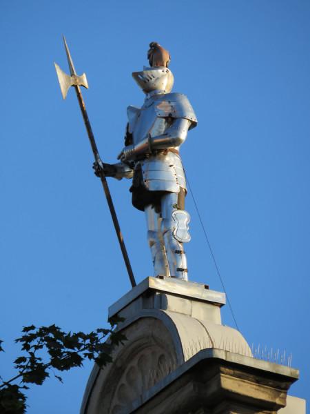 Гёттинген. Фигура рыцаря с голубем.jpg