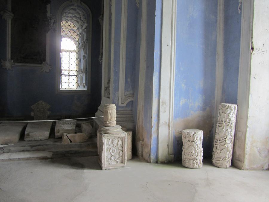 Успенский собор. Столбики с резьбой и надгробия