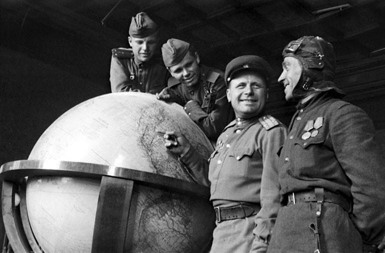 Красноармейцы в кабинете Гитлера_1