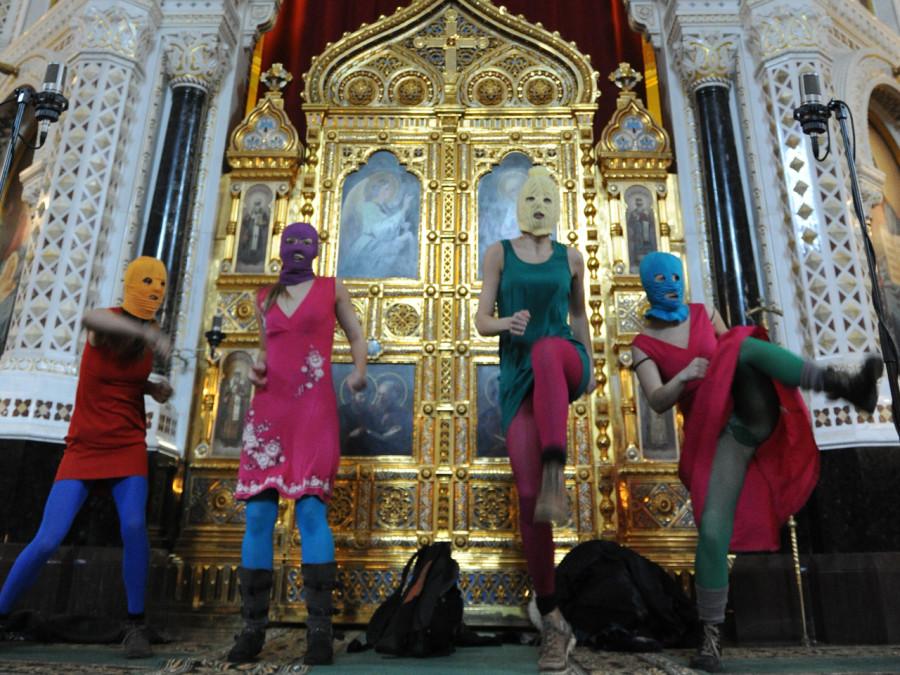 Pussy Riot inför altartavlan