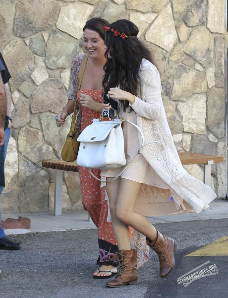Selena Gomez At The Encino Pavillions With A Friend 06 14 Photos Oh No They Didn T