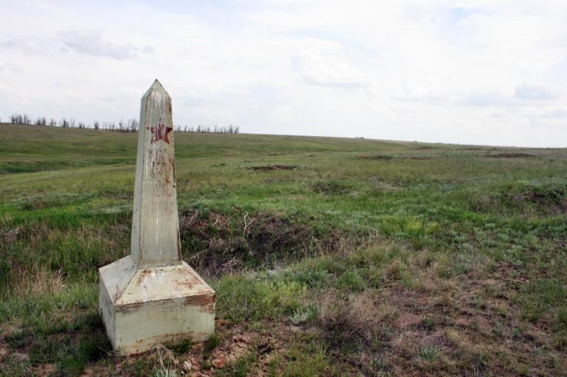 Памятник времён войны - надпись, что дальше враг не прошёл