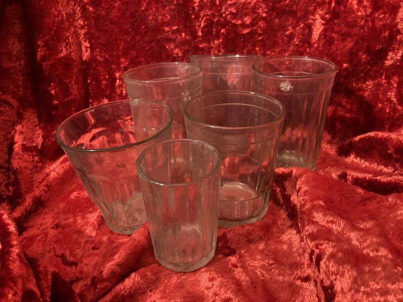 Разнокалиберные стаканы и одна рюмка