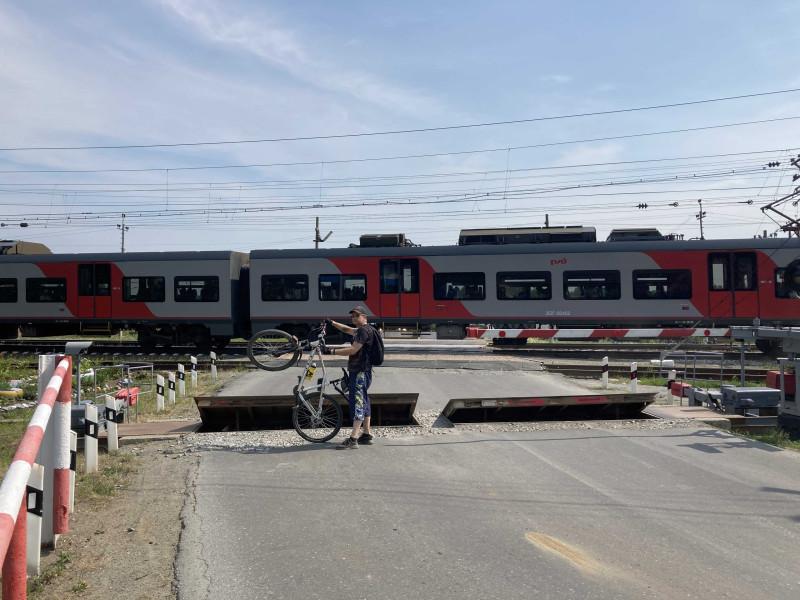 Попасть на проезд поезда на переезде - что может быть фотогигиеничнее)