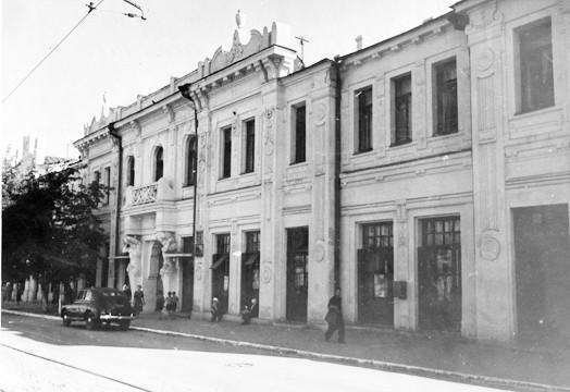 Дом с атлантами на ул.Венцека. Атланты-ещё-поддерживают-балкон-в-здании-располагался-военный-трибунал-1957-г.
