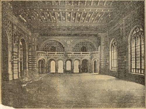 Деревянный потолок зала сделан