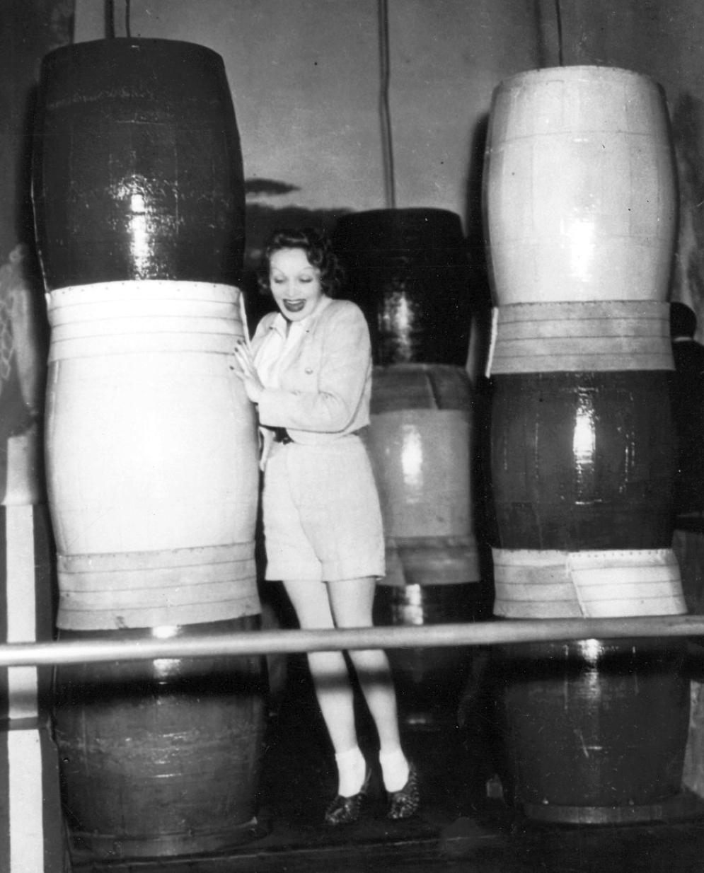 carole lombard marlene dietrich 1935 venice party 00a