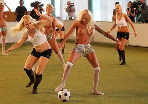 Naked_soccer_03
