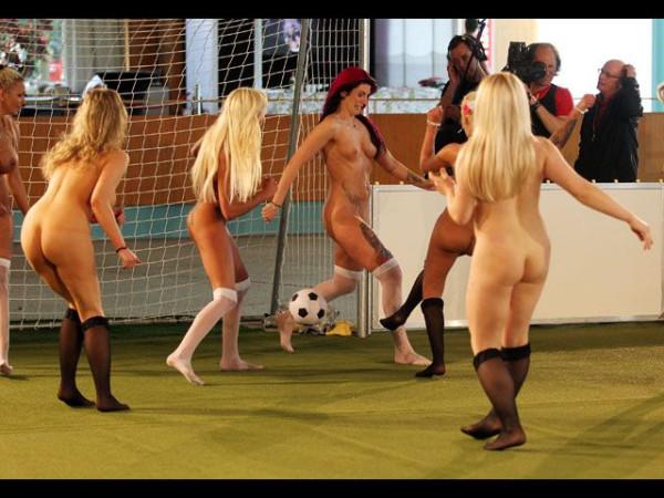 Naked_soccer_07