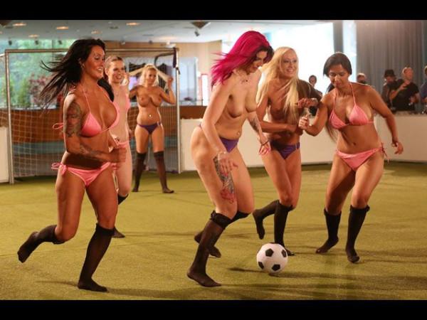 Naked_soccer_08