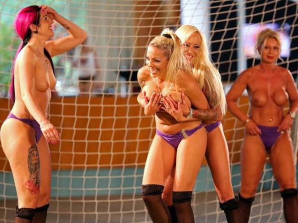 Naked_soccer_09