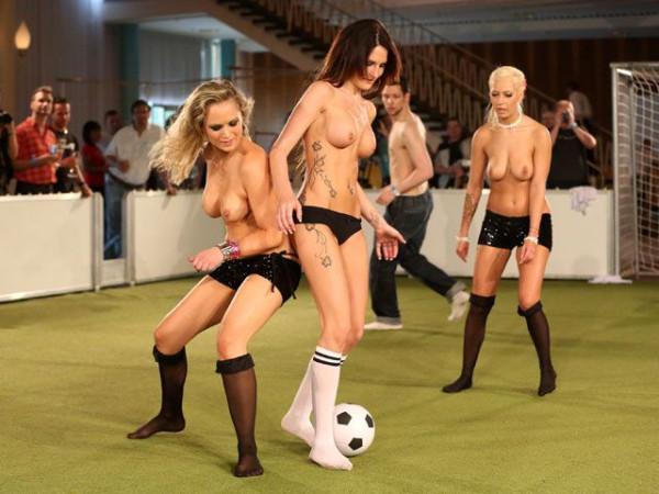 Naked_soccer_14