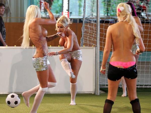 Naked_soccer_17