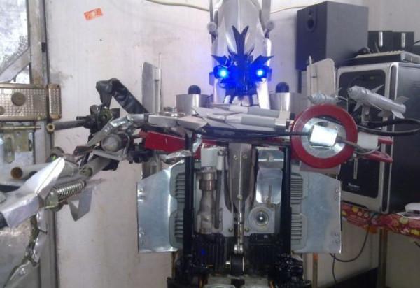 Китаец сам в своей квартире сделал трансформера.  Робот смотрится потрясно, да еще и может...