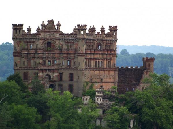 Таинственные заброшенные замки 9