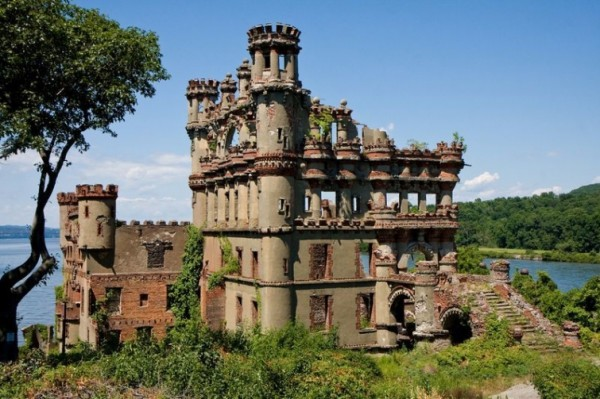 Таинственные заброшенные замки 10