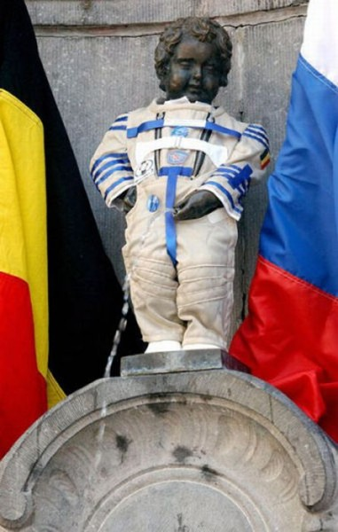 the_outfits_manneken_pis_wears_03