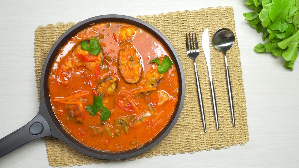 Рыба в томатном соусе с овощами