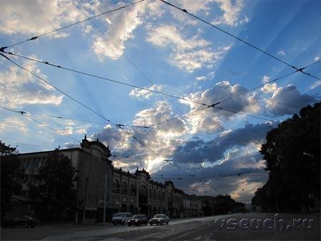 Провода как будто перечеркивают мирное рассветное небо
