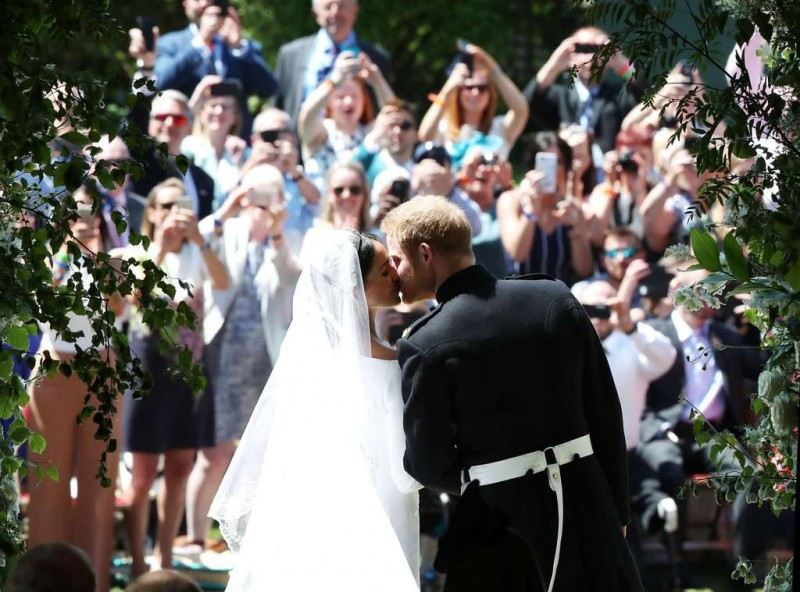 rs_1024x759-180519051718-1024-royal-wedding-prince-harry-meghan-markle-kiss