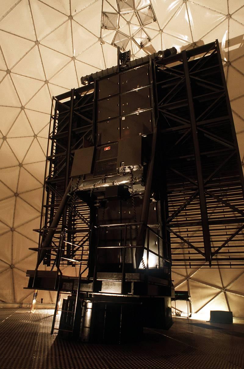 Антенна стационарной РЛС AN / FPS-117 под радиопрозрачным куполом