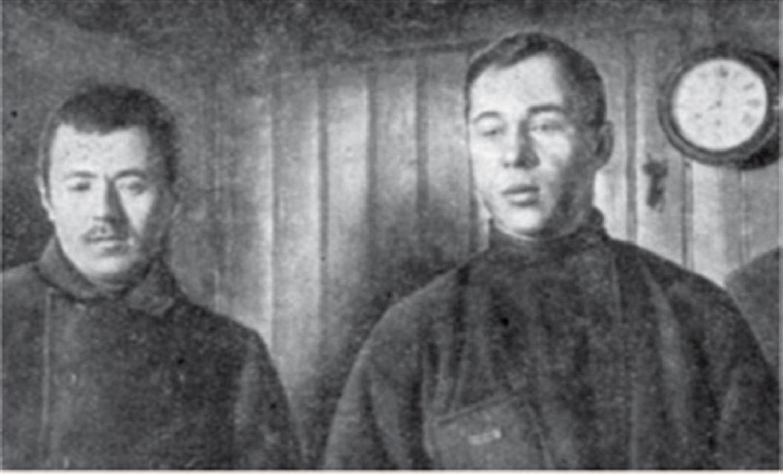 Спутники Седова - матросы: Григорий Васильевич Линник (слева) и Александр Матвеевич Пустошный, перед выходом в санный поход.