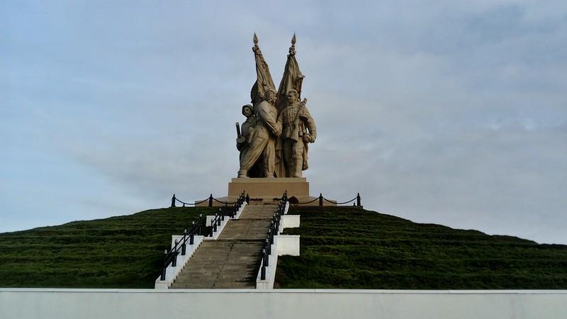"""Монумент """"Соединение фронтов"""" в Пятиморске"""