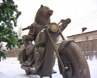 Не ледовая скульптура и не песчаная - в Братске появился медведь-байкер.