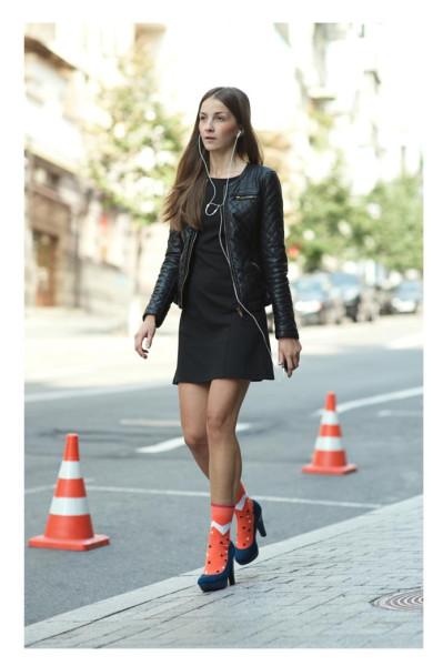 Девушка в босоножках и модных ярких цветных носках Sammy Icon 2013