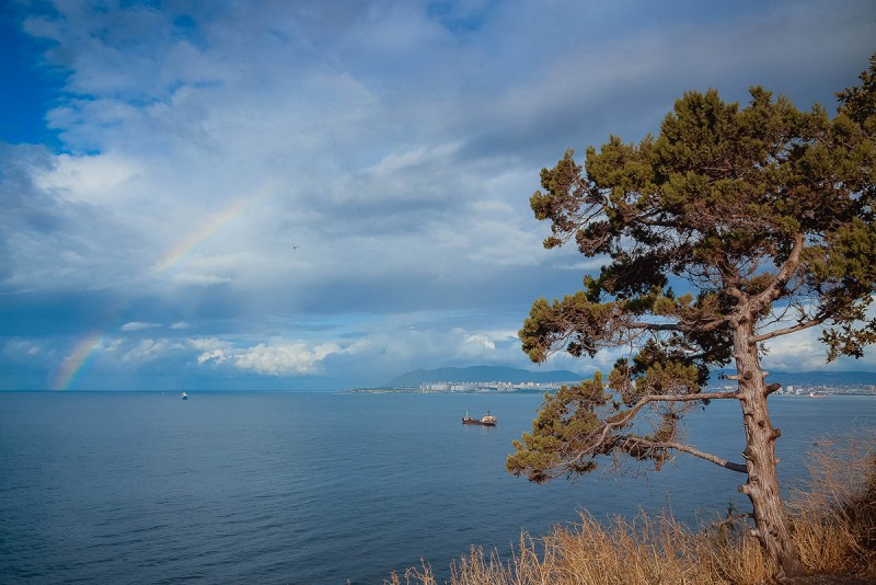 радуга над морем в районе Новороссийска