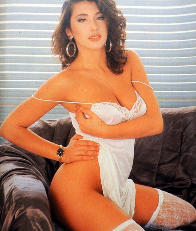 порно фото итальянских актрис певиц взгляд, спокойная улыбка