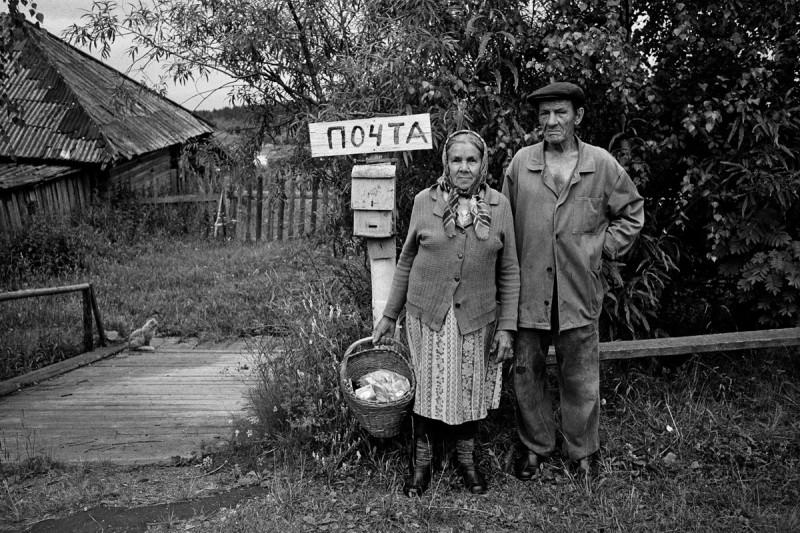 Деревенские жители у своего почтового ящика. 1980-е годы. Кировская область.