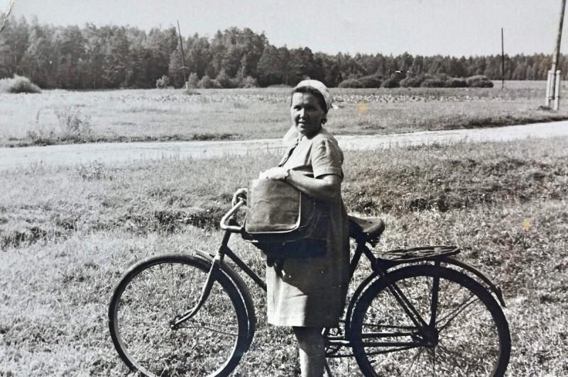 Почтальон тетя Тоня. 1974 г. Деревня Колодкино, Конаковский район Тверской обл.